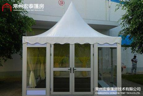 带窗户尖顶篷房